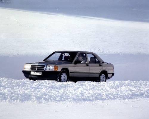 Mercedes 190E на красивом снежном пейзаже фото